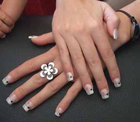 modele-ongles-noir-et-blanche.jpg
