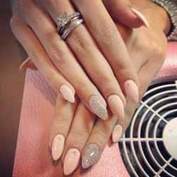 ongles-en-gel-pointu-rose.jpg